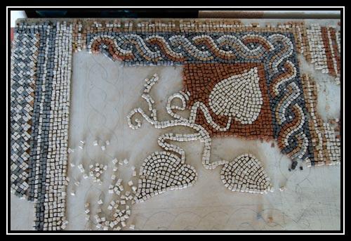 Exemple de reconstitution de mosaïque, on peux y voir les tesselles