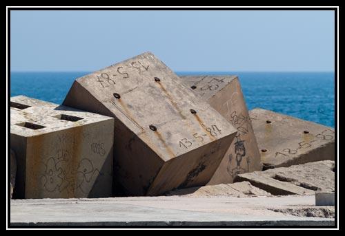 Des blocs de bétons cassent la houle et protègent le port